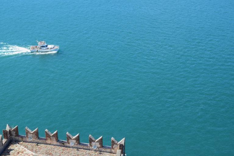 Ein weißes Boot